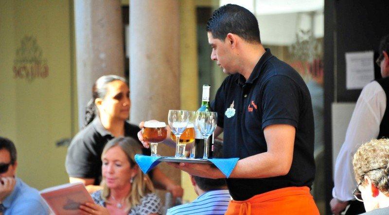 El oficio de camarero en España: ¿condenados a servir gintonics?