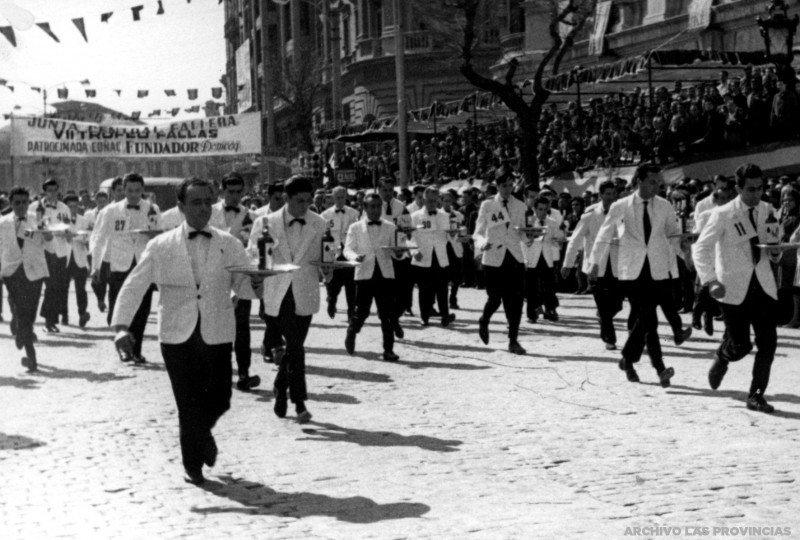 Carrera de camareros celebrada durante las Fallas de Valencia en 1962.