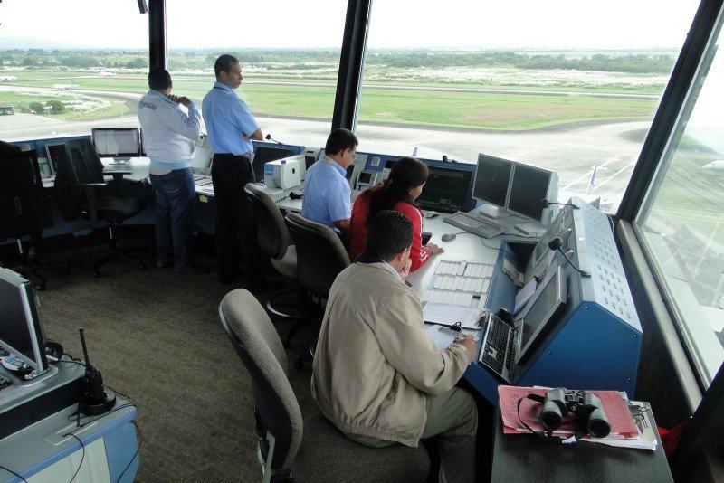 Los controladores aéreos aplazan su decisión sobre posibles paros