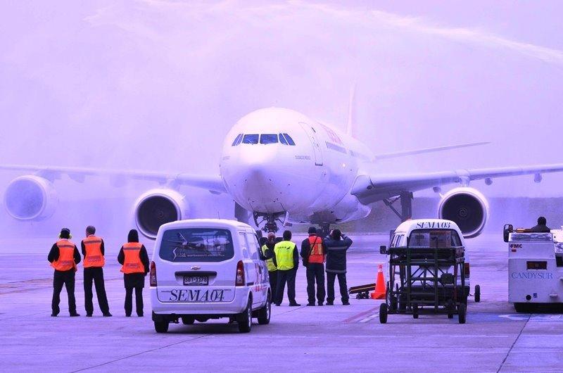 Primer arribo del Airbus A340 de Iberia a Montevideo en esta nueva etapa. Foto: Presidencia.