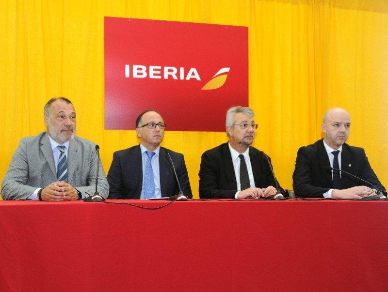 Autoridades en el arribo de Iberia a Uruguay: Roberto Varela, Luis Gallego, Enrique Pintado y Antonio Carámbula.