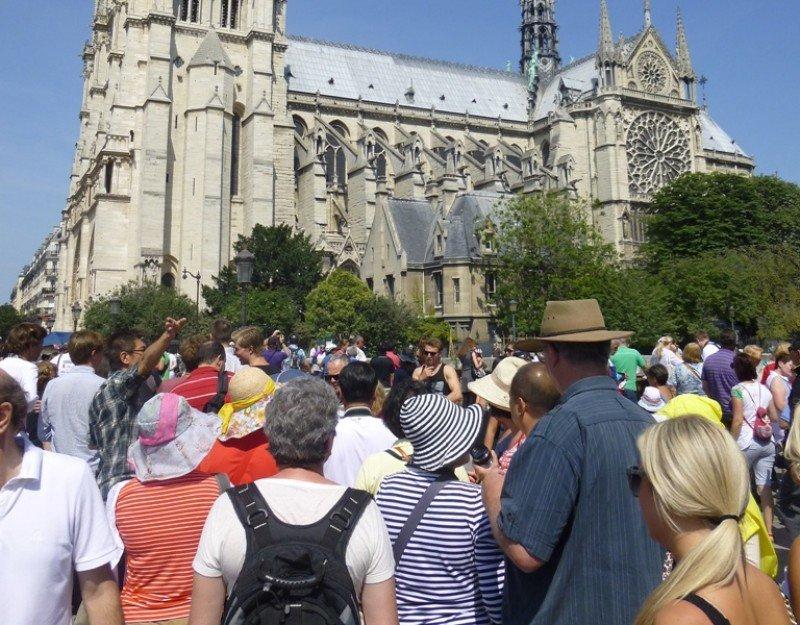 Turistas frente a la catedral de Notre Dame, París.