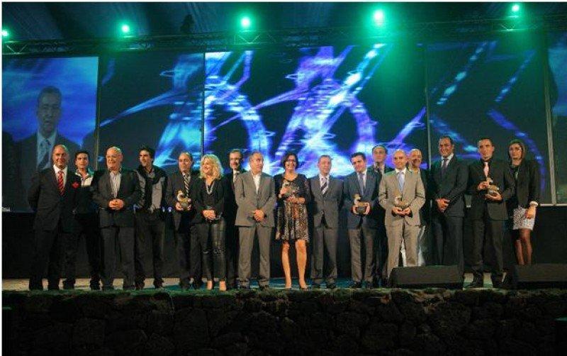 Foto de familia de los galardonados con las autoridades.