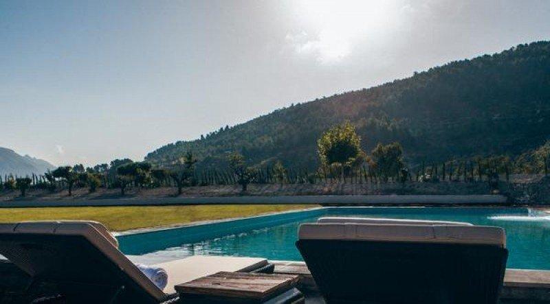 El hotel cuenta con dos piscinas, una exterior y otra interior, además de dos cabinas de tratamientos de spa.