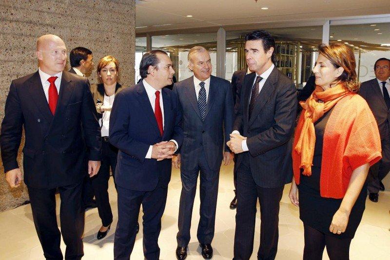 En la reinauguración del NH Eurobuilding, de izq. a dcha., Hugo Rovira, Federico González Tejera, Rodrigo Echenique, el ministro José Manuel Soria y la secretaria de Estado Isabel Borrego.