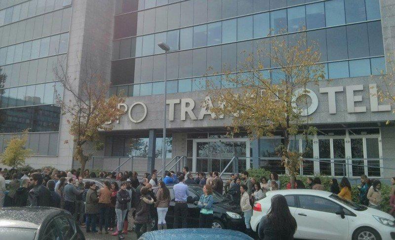 Los trabajadores de Transhotel en la puerta de las oficinas.