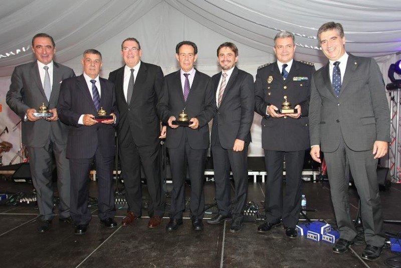 Los premiados -Carlos Herrera, el Cuerpo Nacional de Policía y los hermanos López Arvelo-, junto a los presidentes de CEHAT y Ashotel, Joan Molas y Jorge Marichal.