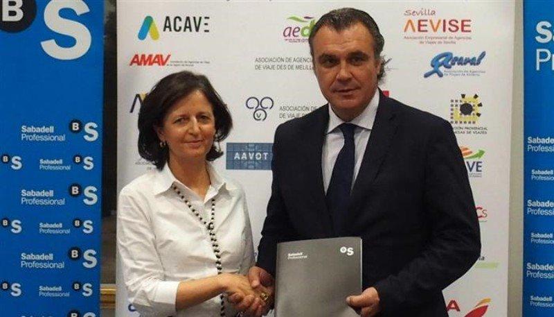 Blanca Montero, subdirectora general de Banco Sabadell, y el presidente de CEAV, Rafael Gallego.