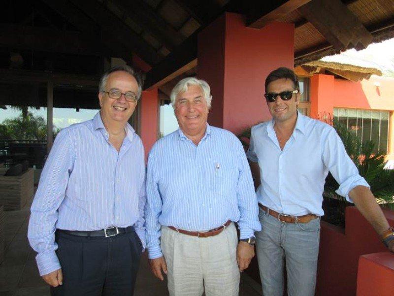 De izq. a dcha, Simón Pedro Barceló, Willy Deceuninck y Laurenz Deceuninck, tras la firma del acuerdo.