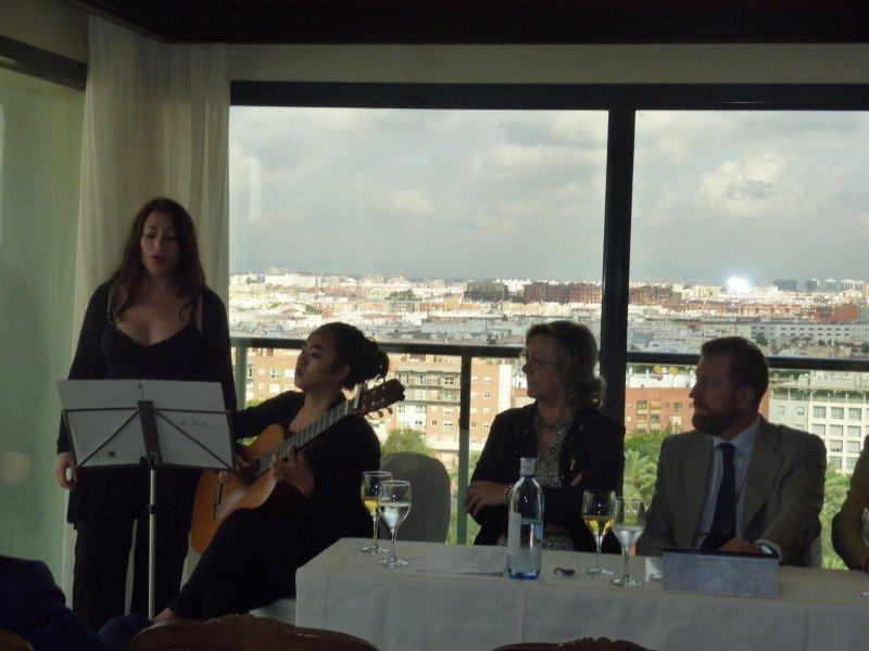 La presentación realizada en el Hotel Sevilla Center se acompañó de una actuación que mostró cómo serán las catas líricas.