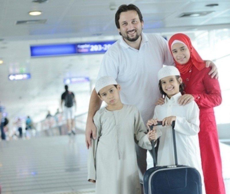 Una familia de turistas musulmanes en un aeropuerto. #shu#