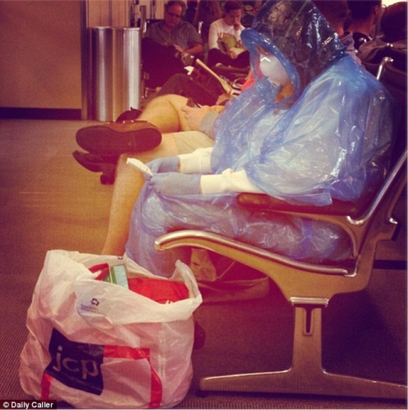 Imagen de una pasajera en el aeropuerto de Washington Dulles DC el pasado 15 de octubre. Foto: Daily Caller