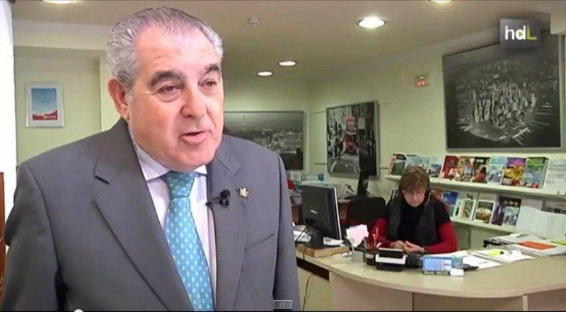 El fundador de Viajes Távora, Antonio Távora, en una de sus agencias, antes del cierre.