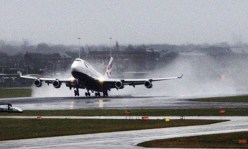 Cancelan vuelos en Heathrow por la 'cola' del huracán Gonzalo (Foto de archivo, temporal en Londres de Andy Rain).