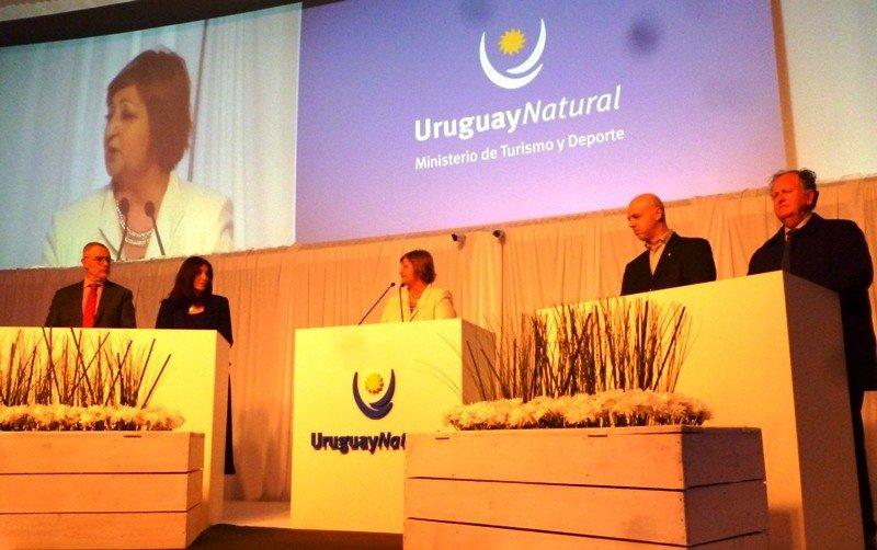 Autoridades en el lanzamiento de la temporada 2014-2015 en Uruguay.