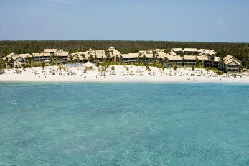 Viva Wyndham Resorts reabre el Fortuna Beach en Gran Bahamas