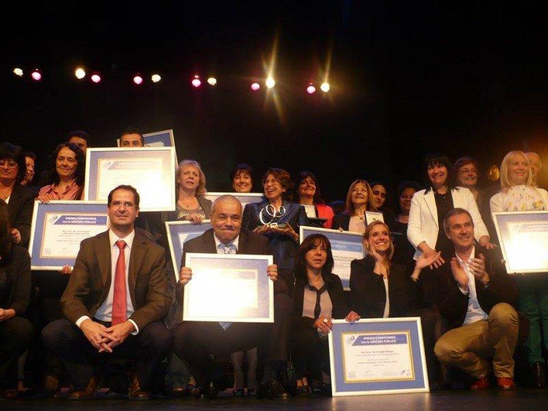 Ganadores en la entrega de premios en el  teatro Solís.