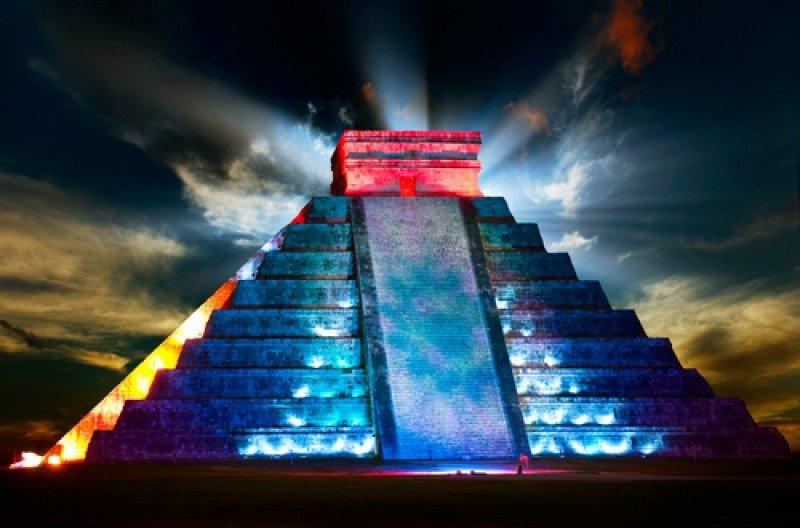 Pirámide iluminada en Chichen Itzá. #shu#