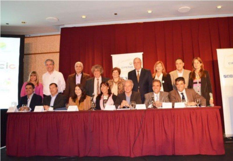 Disertantes y directivos del Cipetur junto a las autoridades invitadas. Foto: Cipetur