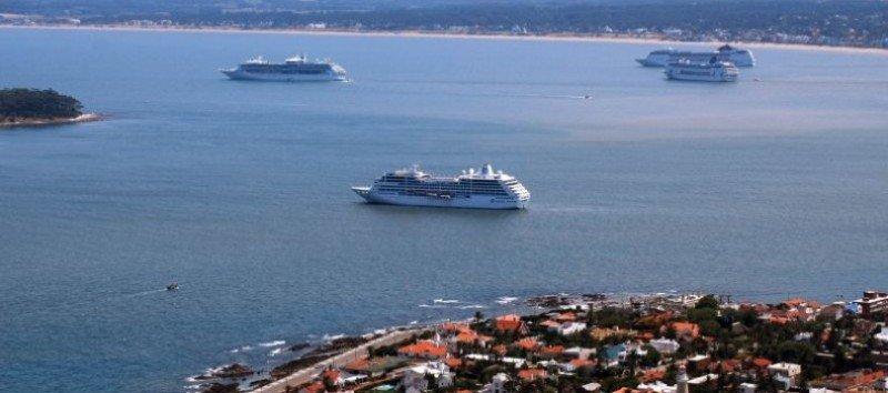 Los pasajeros de los barcos que hacen escala en Punta del Este desembarcan y vuelven a bordo en tenders.