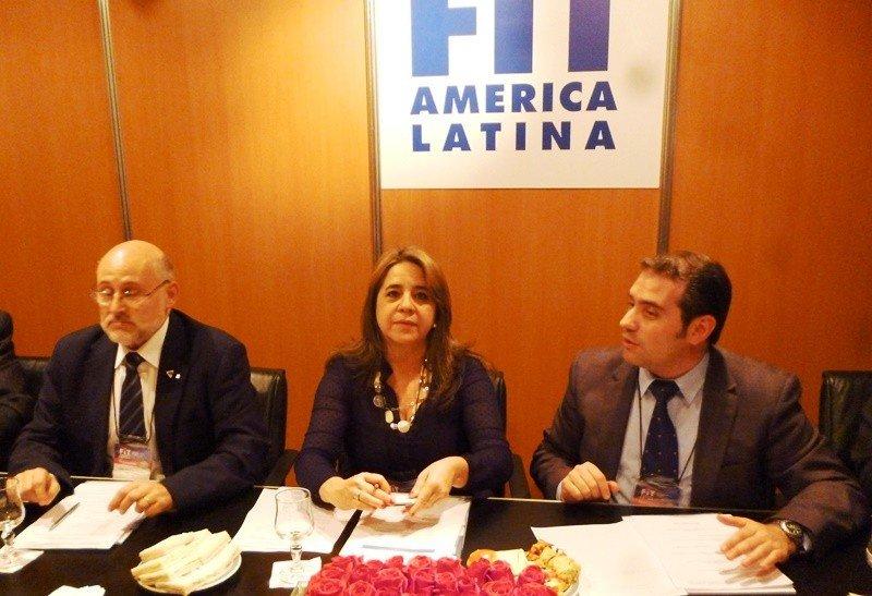 La representante de la Unión de Asociaciones de Turismo de Paraguay firma la adhesión a CETUR.