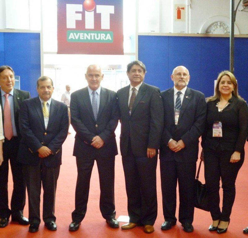 El ministro Meyer junto a directivos de las cámaras de empresas de turismo de Argentina, Ecuador, Perú, Uruguay y Paraguay.