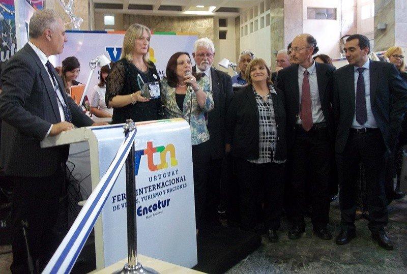 Cristina Ernst, presidenta de la organización de la VTN junto a autoridades de la Intendencia en la inauguración.