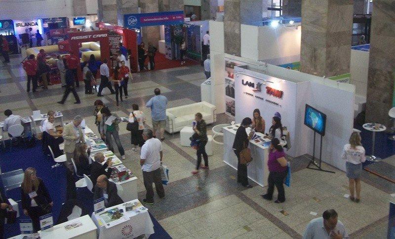 Feria VTN-Encotur en el atrio de la Intendencia de Montevideo.