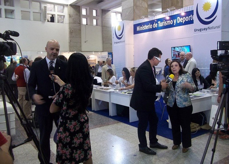 El viceministro Antonio Carámbula y la intendenta de Montevideo, Ana Olivera, entrevistados en la feria.