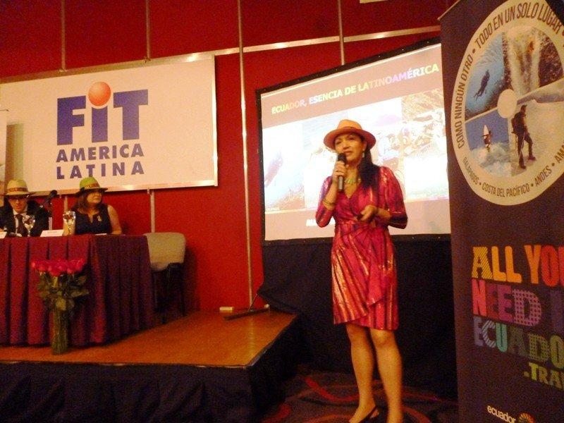 Rocío Castro, coordinadora de mercados internacionales del Ministerio de Turismo de Ecuador exponiendo en la FIT.