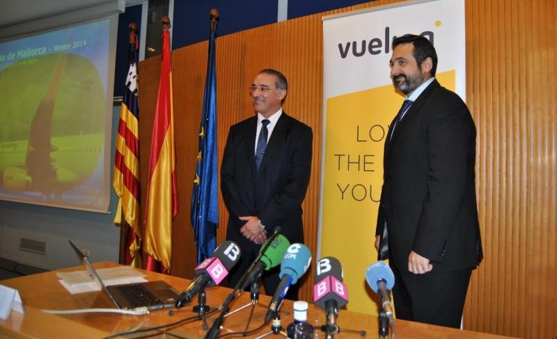 A la Izq., el director del Aeropuerto de Palma de Mallorca, José Antonio Álvarez; y a la Da., el presidente y CEO de Vueling, Alex Cruz.