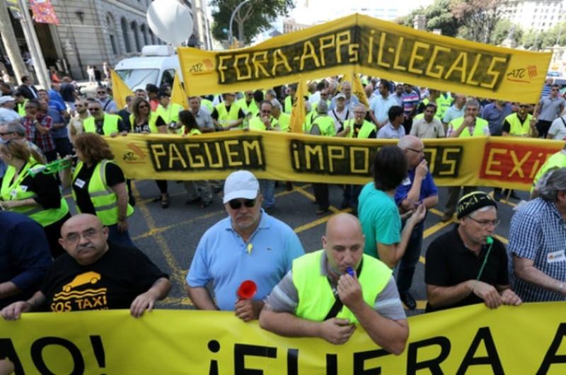 Una de las marchas de los taxistas de Barcelona en contra de Uber (Foto: El Periódico).