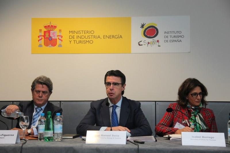 El embajador español en Londres, Federico Trillo; el ministro de Industria, Energía y Turismo, Jose Manuel Soria; y la secretaria de Estado de Turismo, Isabel Borrego, este lunes en la rueda de prensa ofrecida en World Travel Market.