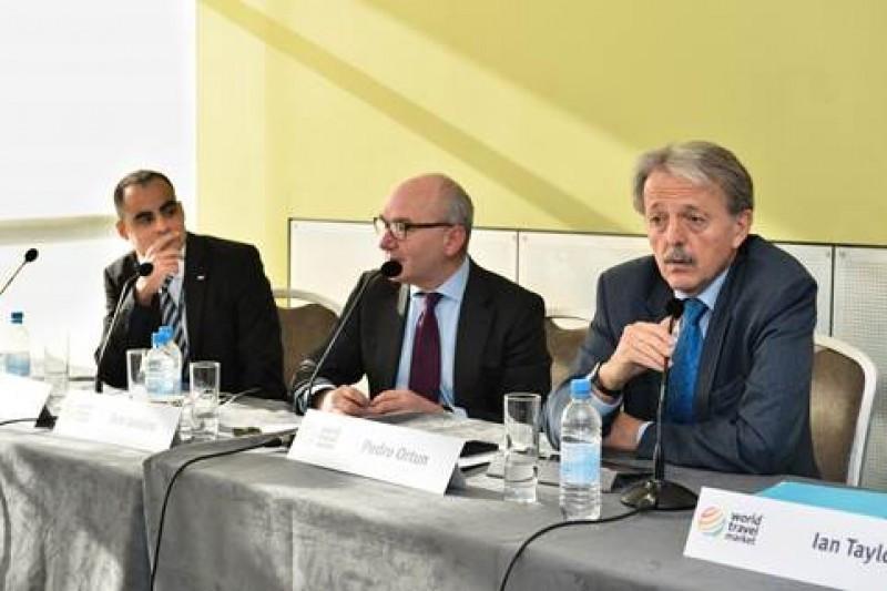 De izquierda a derecha: Eduardo Santander, Tom Jenkins y Pedro Ortún, en la WTM.