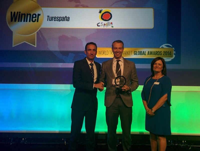 Manuel Molina, director de Hosteltur, y Enrique Ruiz de Lera, director de la OET de Londres, que recogió el Global Award en representación del Instituto de Turismo de España.