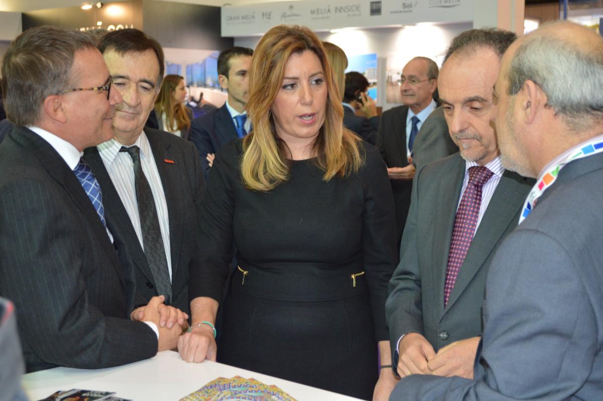 La presidenta de la Junta de Andalucía, Susana Díaz, y el consejero de Turismo, Rafael Rodríguez, en su visita al stand de Huelva en la WTM, junto al gerente del Patronato Provincial de Turismo de Huelva, Jordi Martí.
