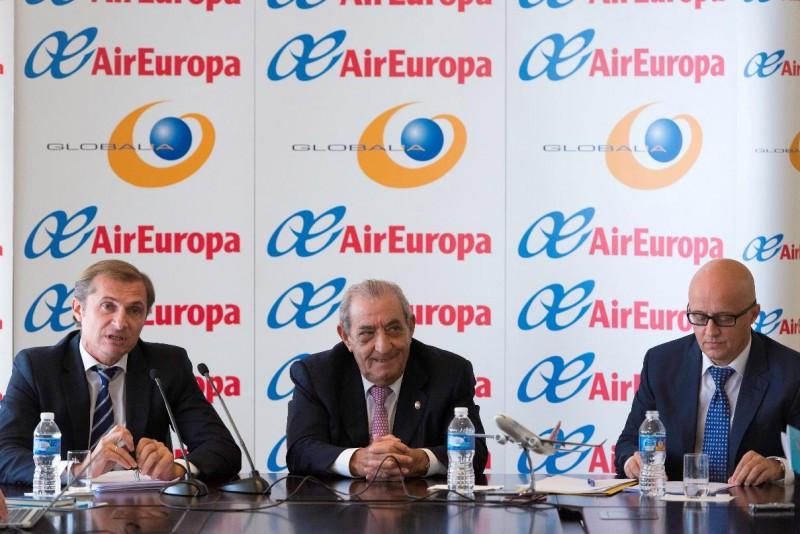 Hidalgo, acompañado del director fiananciero del grupo, Miguel Ángel Sánchez Jiménez (a su derecha), y el director comercial de la aerolínea, Richard Clark (a su izquierda).
