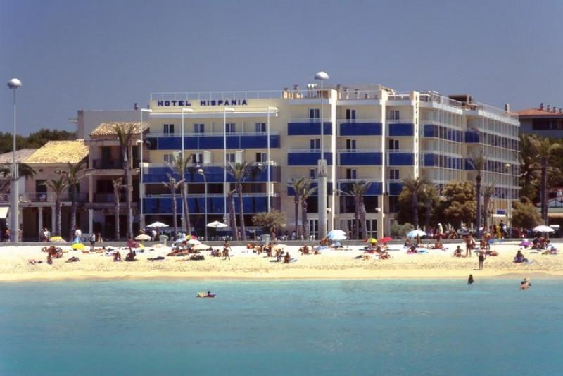 El hotel está situado en primera línea de playa.