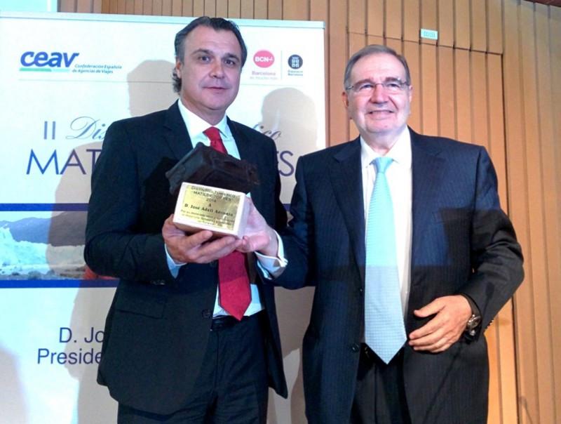 Momento en que Rafael Gallego, presidente de CEAV, entregó el galardón a José Adell, presidente del grupo turístico Julià.