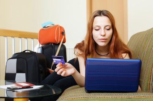 Los españoles utilizan cada vez más la tarjeta de débito para pagar sus viajes. #shu#