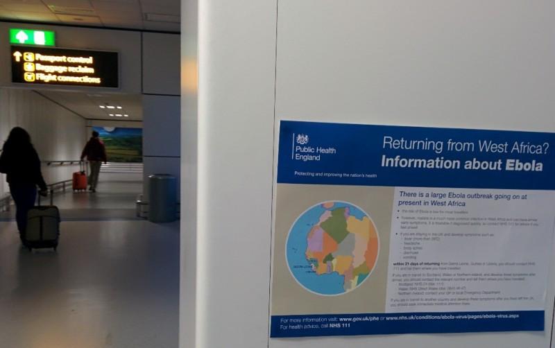 Aviso a los pasajeros que llegan al aeropuerto de Gatwick, Londres, sobre los riesgos del ébola