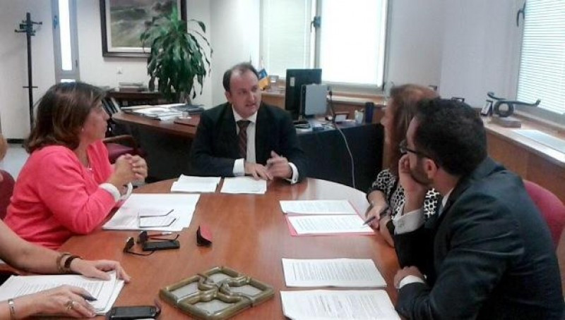 El viceconsejero de Turismo de Canarias, Ricardo Fernández de la Puente, en la reunión mantenida con los representantes del sector de la vivienda vacacional.