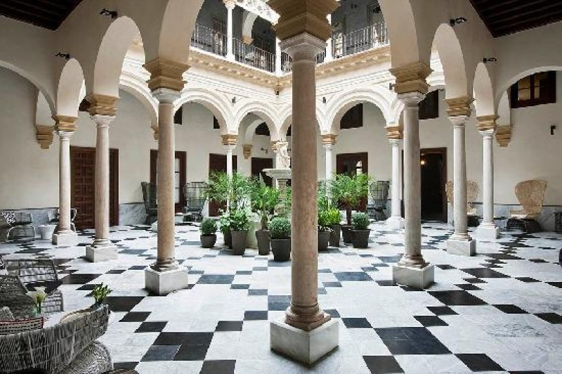 El Palacio de Villapanes se ubica en un inmueble barroco del siglo XVIII con 50 habitaciones, en pleno centro de Sevilla.