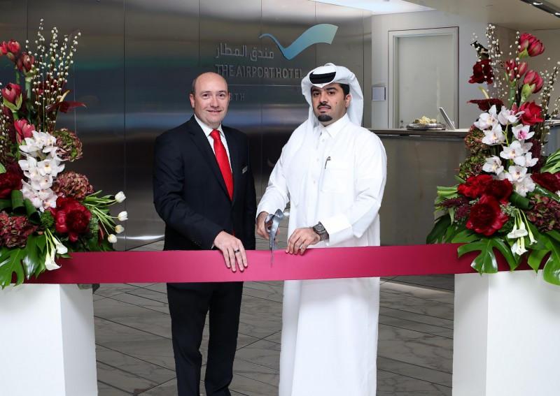 Badr Al Meer (derecha) y Philippe Anric en la inauguración del hotel.