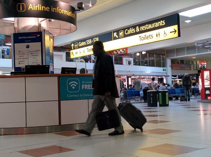 Un pasajero en el aeropuerto de Londres Gatwick.
