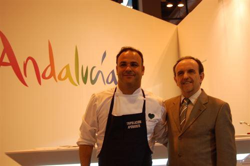 Ángel León, chef del restaurante Aponiente, que consigue dos estrellas, con el consejero de Turismo de la Junta de Andalucía, Rafael Rodríguez.