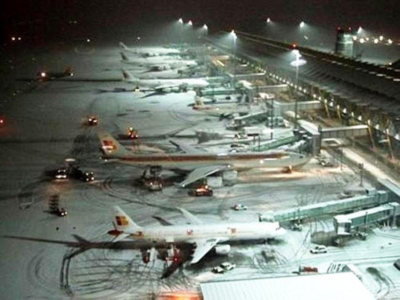El Aeropuerto de Madrid-Barajas ha enfrentado fuertes nevadas que han llegado a congelar los aviones de varias de sus operadoras empezando por Iberia.