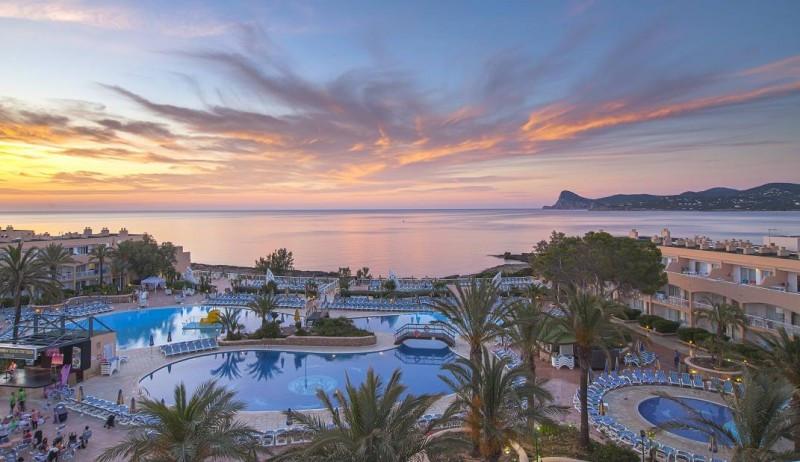 El Sirenis Seaview Country Club, de 4 estrellas y con 476 habitaciones, suma una inversión de 24 millones de euros en la reforma de sus instalaciones.