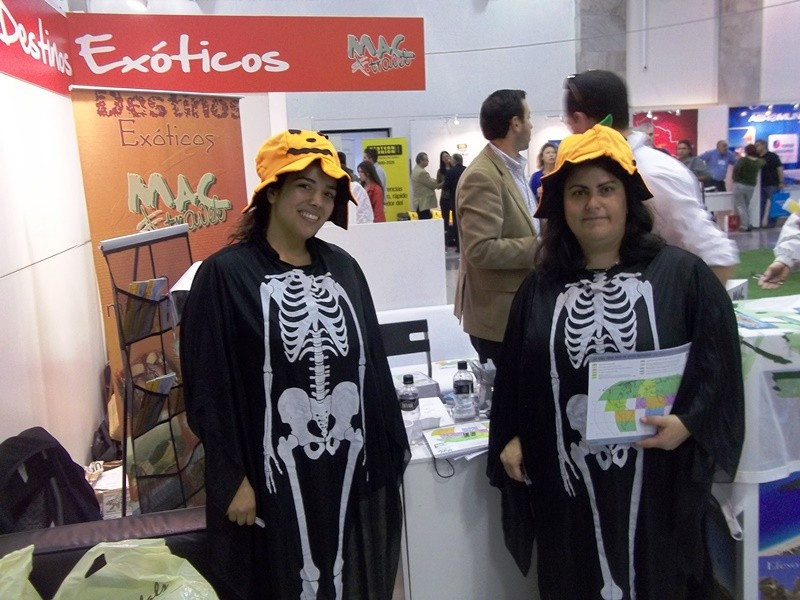Algunos expositores aprovecharon que el viernes 31 se celebraba Halloween para darle un toque distinto a la atención.