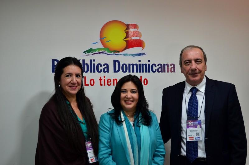 De izquierda a derecha: Rhina Olivares Fajardo, Directora de la Oficina para Argentina, Uruguay;  Magaly Toribio, Asesora de Marketing del Ministerio de República Dominicana y Lorenzo Sancassani, Director Provincial de Turismo de Puerto Plata.